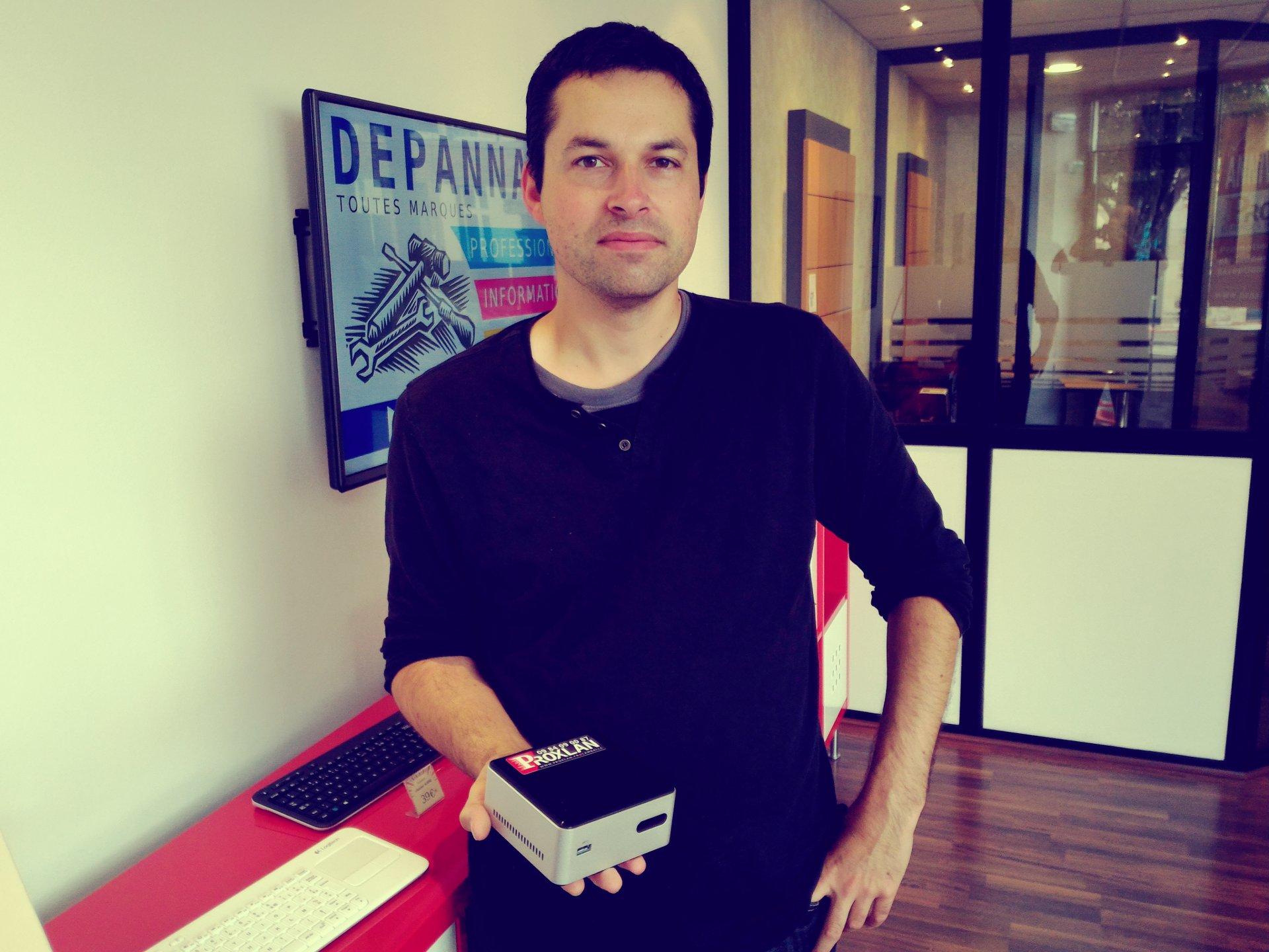 Romain Bidon debout dans l'agence de Lamballe